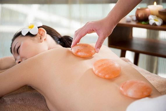 Xoa dịu đau thắt lưng hiệu quả với đá muối massage Himalaya