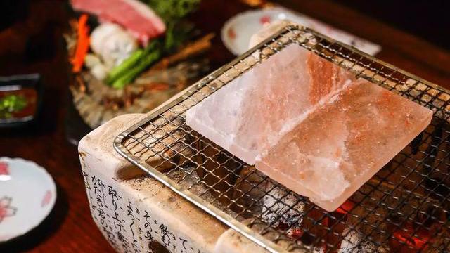 Đá muối nướng khác biệt gì so với vỉ nướng thông thường?