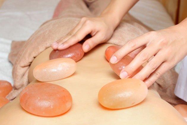 Đá muối massage Himalaya khác gì so với phương pháp massage thông thường